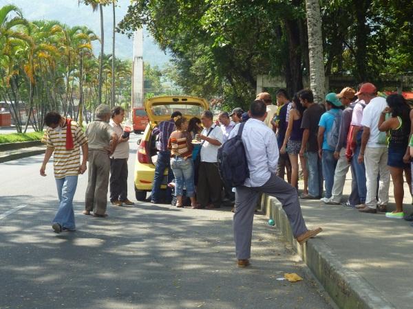 La fila para recibir la comida