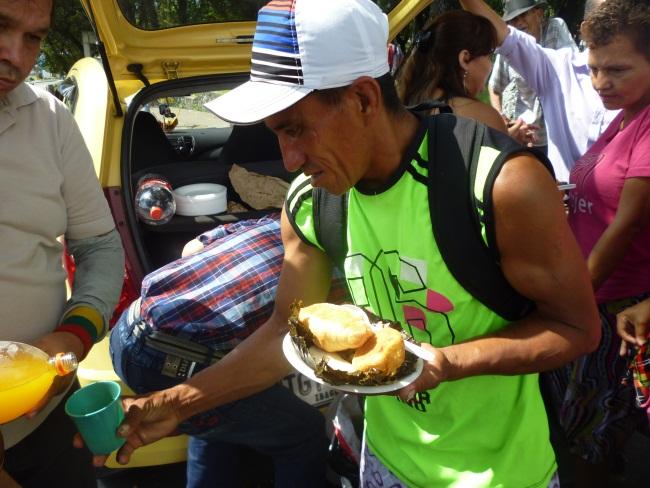 Reparten comida a los más necesitados